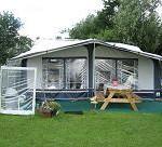 Op minicamping Nieuw Beekdal kunt u een compleet ingerichte caravan huren.
